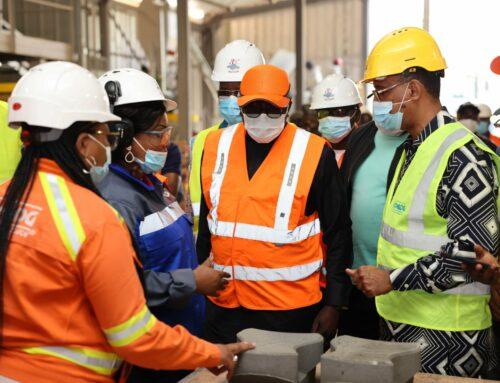 Le ministre Balonzi visite l'usine des pavés de Konda